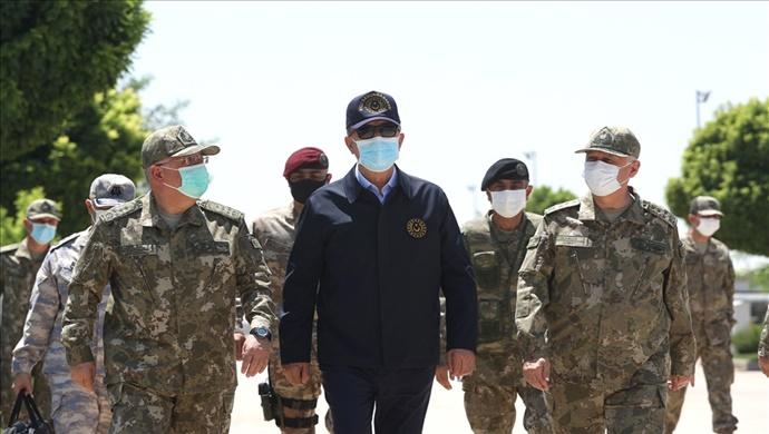 Millî Savunma Bakanı Hulusi Akar, Beraberindeki Komutanlarla Sınır Hattında