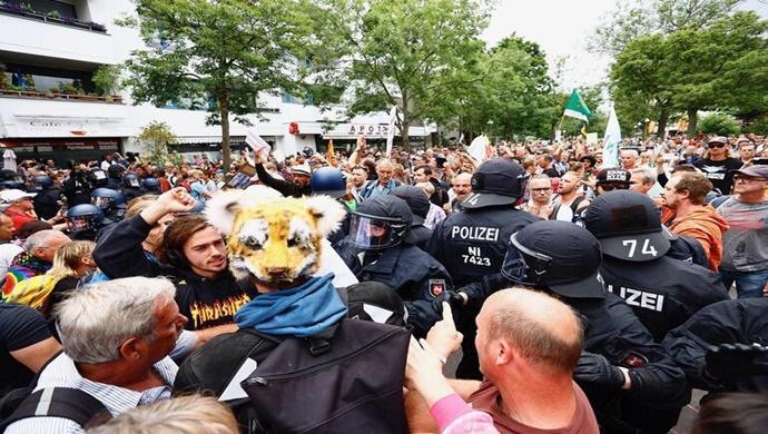 BERLİN'DE YASAĞA RAĞMEN BİNLERCE KİŞİ KORONA ÖNLEMLERİNİ PROTESTO ETTİ!