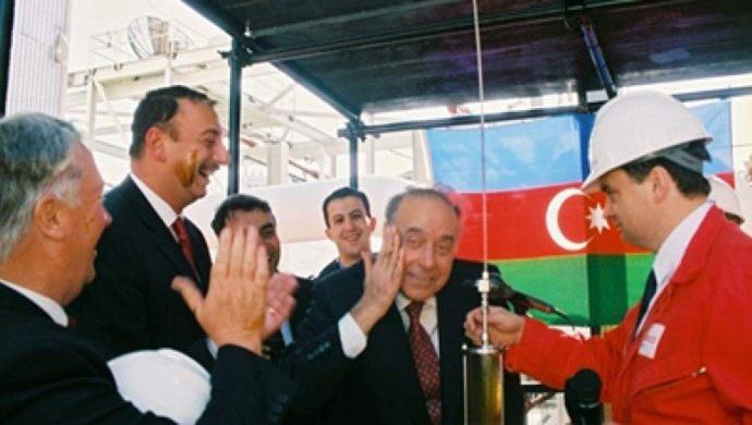 """Milletvekili Meşhur Memmedov , """"Asrın Anlaşması"""" Azerbaycan'ın yeni bir gelişme aşamasına girmesini sağladı"""